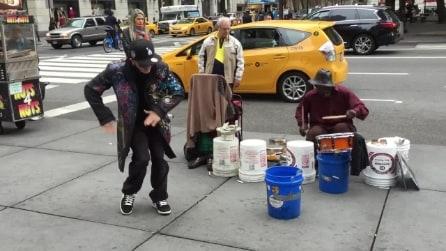"""Vestito in modo eccentrico si avvicina al """"percussionista di strada"""" e guardate cos'accade"""