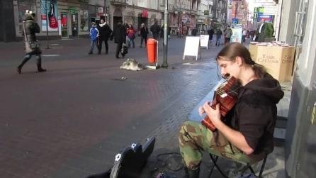 Seduto in strada con una chitarra: lo spettacolo che mette in mostra è esaltante