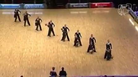 In ordine sulla pista da ballo, poi iniziano a ballare e lo spettacolo è favoloso