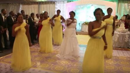 Vanno al centro della sala, la sposa e le damigelle si esibiscono in una divertente coreografia