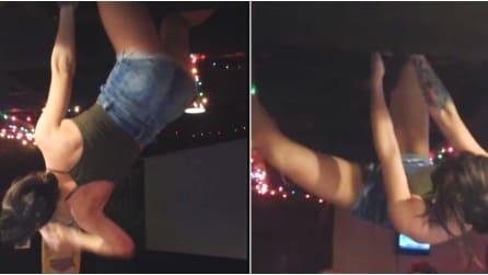 Balla il twerking appesa al soffitto ma qualcosa va storto