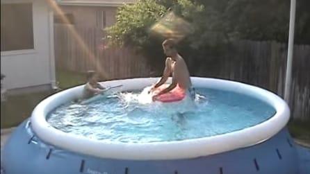 La mamma filma i bimbi in piscina, quando il papà si tuffa accade qualcosa di sorprendente