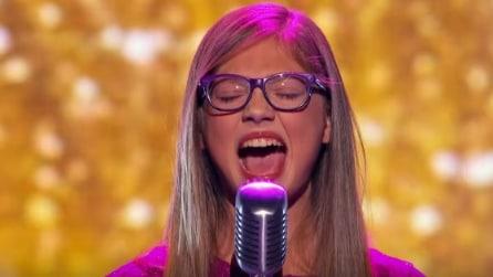 Ha solo 13 anni ma appena inizia a cantare commuove tutti