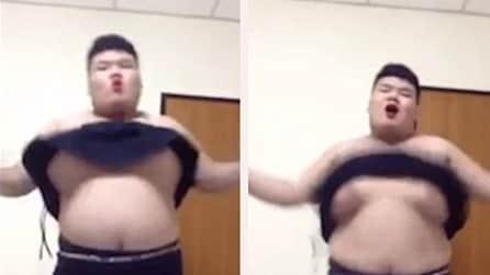 Si presenta quasi a torso nudo e inizia a ballare