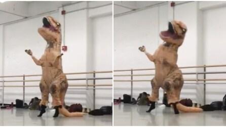 Il ballerino vestito da T-Rex si esibisce in una ballo che vi farà morire dal ridere