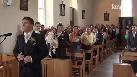 Noiva entra na igreja. Noivo faz algo emocionante