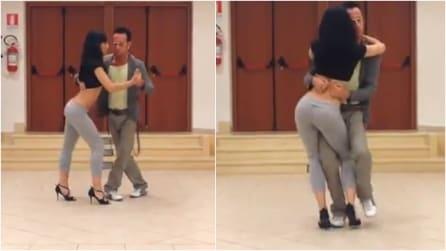 Sensualità e talento: i due ballerini di kizomba danno spettacolo