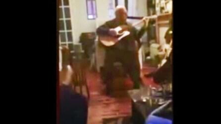 Malato di Alzheimer torna a suonare la chitarra emozionando tutti