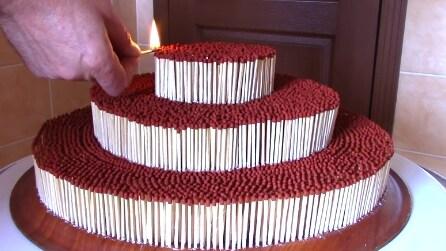 """Una torta di fiammiferi: accende il primo e poi un effetto domino """"infuocato"""""""