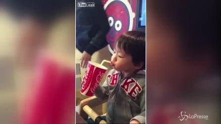 Un bimbo alle prese con la cannuccia: il risultato è unico