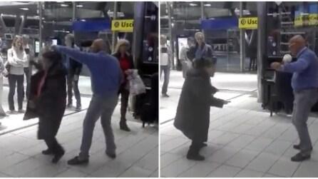 """Stazione di Napoli, si suona e si balla """"Un giorno all'improvviso"""""""