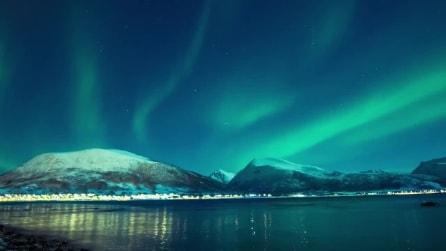 Lo spettacolo dell'aurora boreale in Norvegia: luci azzurre e verdi nel cielo