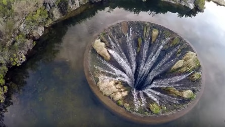 Portogallo, l'incredibile fenomeno del lago con il buco