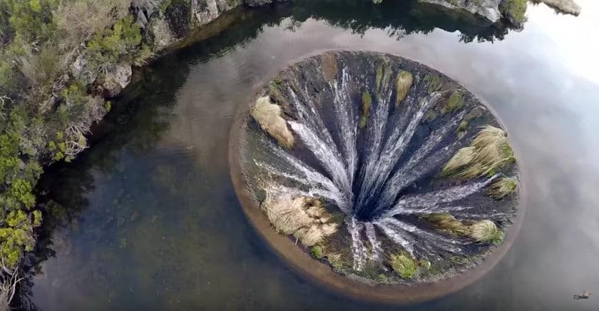 Portogallo l 39 incredibile fenomeno del lago con il buco for Grosso pesce di lago