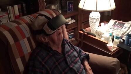 """Il nonno guarda per la prima volta la """"realtà virtuale"""", la reazione è fantastica"""