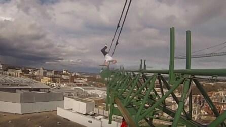 Si arrampica sulla gru e fa una verticale a 70 metri di altezza: le immagini da brividi