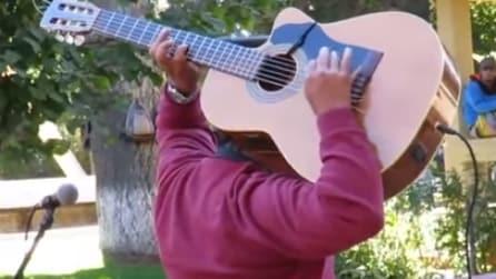 Suona la chitarra senza guardare: l'esibizione che incanta il pubblico