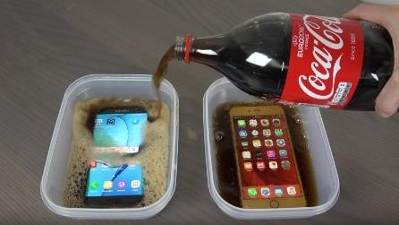 Immerge un Samsung e un iPhone nella Coca-Cola poi li congela: ecco cosa accade dopo