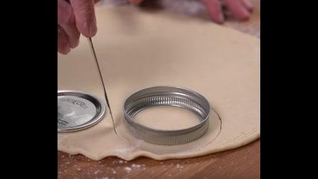 Tappi dei barattoli sulla pasta per dolci: l'idea geniale per preparare le torte