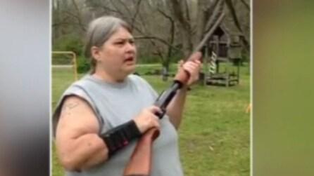Spara dei colpi di fucile al cellulare del figlio: il motivo è pazzesco
