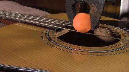 """Riscalda una sfera di nichel e la mette su una chitarra: una """"strana melodica"""""""