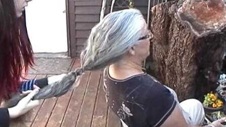 La nonna decide di tagliare i suoi lunghi capelli, il motivo è commovente