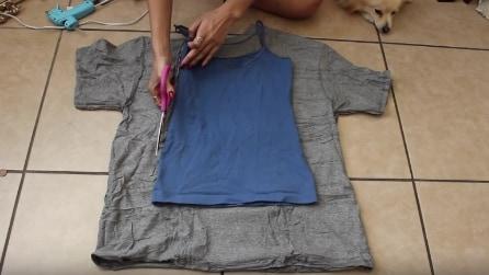 Poggia una canotta su una vecchia maglia ed ecco come la trasforma