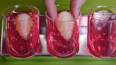 Immerge le fragole nei bicchieri: la gustosa e rinfrescante ricetta