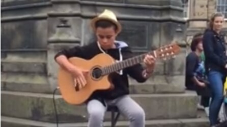 """Un bambino interpreta """"Bohemian Rapsody"""" alla chitarra: uno spettacolo in note"""