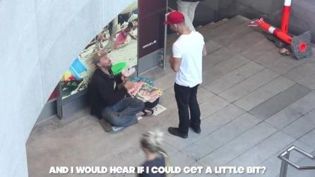 Chiede da mangiare ad un senzatetto: la sua risposta lascia tutti stupiti