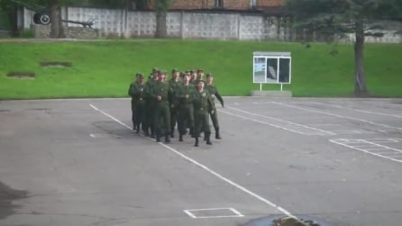Soldati marciano e cantano al ritmo di Barbie Girl degli Aqua