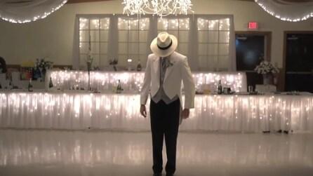 Lo sposo va al centro della sala: l'emozionate sorpresa durante il ricevimento
