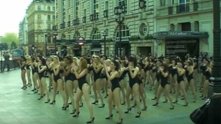 Si spogliano e iniziano a ballare in strada: il fash mob al femminile