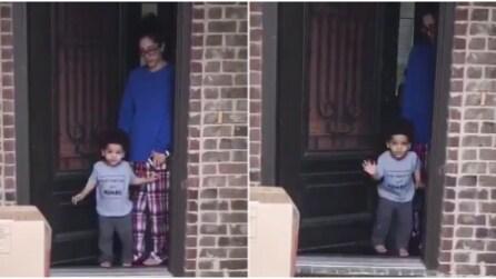 Il bimbo saluta la sua babysitter nel modo più dolce che ci sia