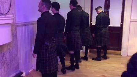 Si presentano al matrimonio con un kilt scozzese: la scena è comica