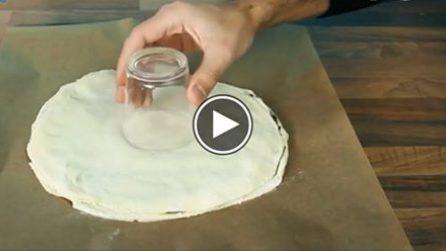 Mette un bicchiere al centro dell'impasto, poi divide in 16 parti: l'idea creativa e gustosa