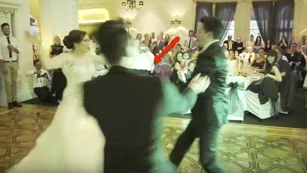 Gli sposi stanno per fare un ballo romantico: quello che succede in pista è inaspettato