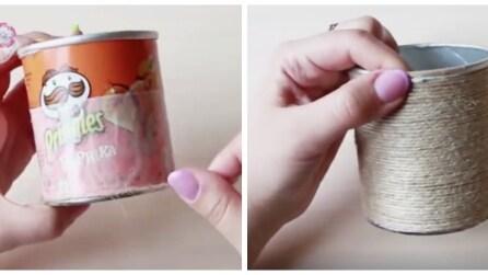 Avvolge lo spago attorno al tubo delle patatine: l'idea regalo per le mamme