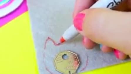 Mette le chiavi su un pezzo di stoffa: realizza qualcosa di utile e creativo