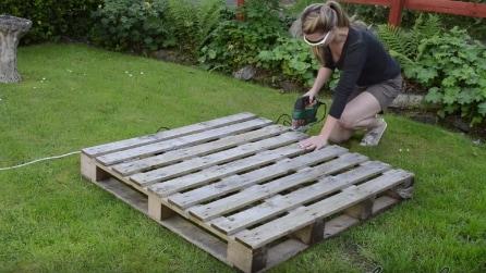 Taglia una vecchia pedana e la trasforma in qualcosa di molto utile per il giardino