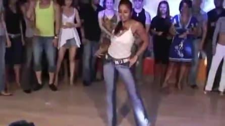 La ballerina si esibisce al centro della sala, le sue movenze sensuali vi incanteranno