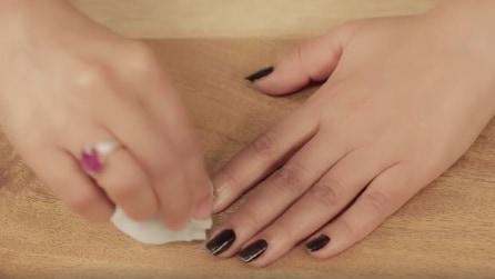 Il segreto per rimuovere lo smalto scuro senza macchiarsi le dita
