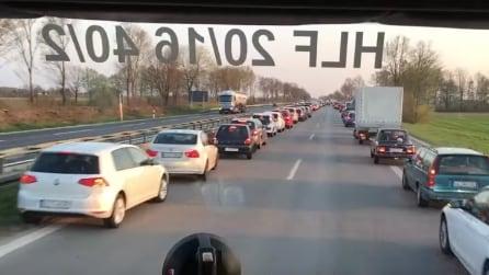 Germania, arriva l'ambulanza e guardate cosa fanno le auto