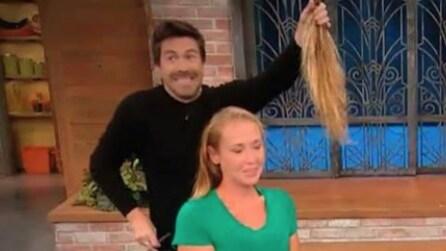 Taglia i suoi capelli in maniera drastica: la trasformazione sorprende anche lei