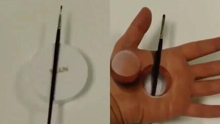 Realizza un disegno perfetto sul palmo della sua mano: l'effetto è ipnotico
