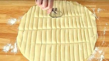 Taglia l'impasto in piccoli bastoncini: l'idea gustosa per la torta di mele