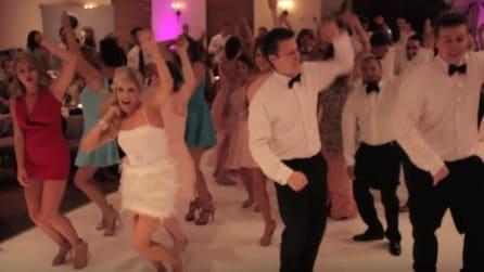 Gli sposi organizzano un flash mob con gli invitati: il ballo più coinvolgente di sempre