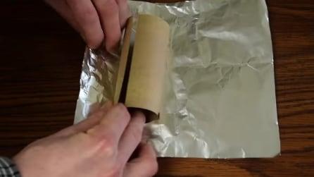 Avvolge la carta argentata attorno al rotolo di carta igienica: l'idea che vi sarà utile