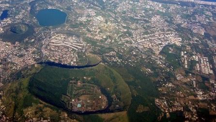 """Napoli, ecco il vulcano più """"misterioso del mondo"""": a spasso nei Campi Flegrei"""