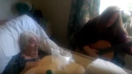 """La mamma soffre di demenza senile e la figlia le canta """"Hallelujah"""""""